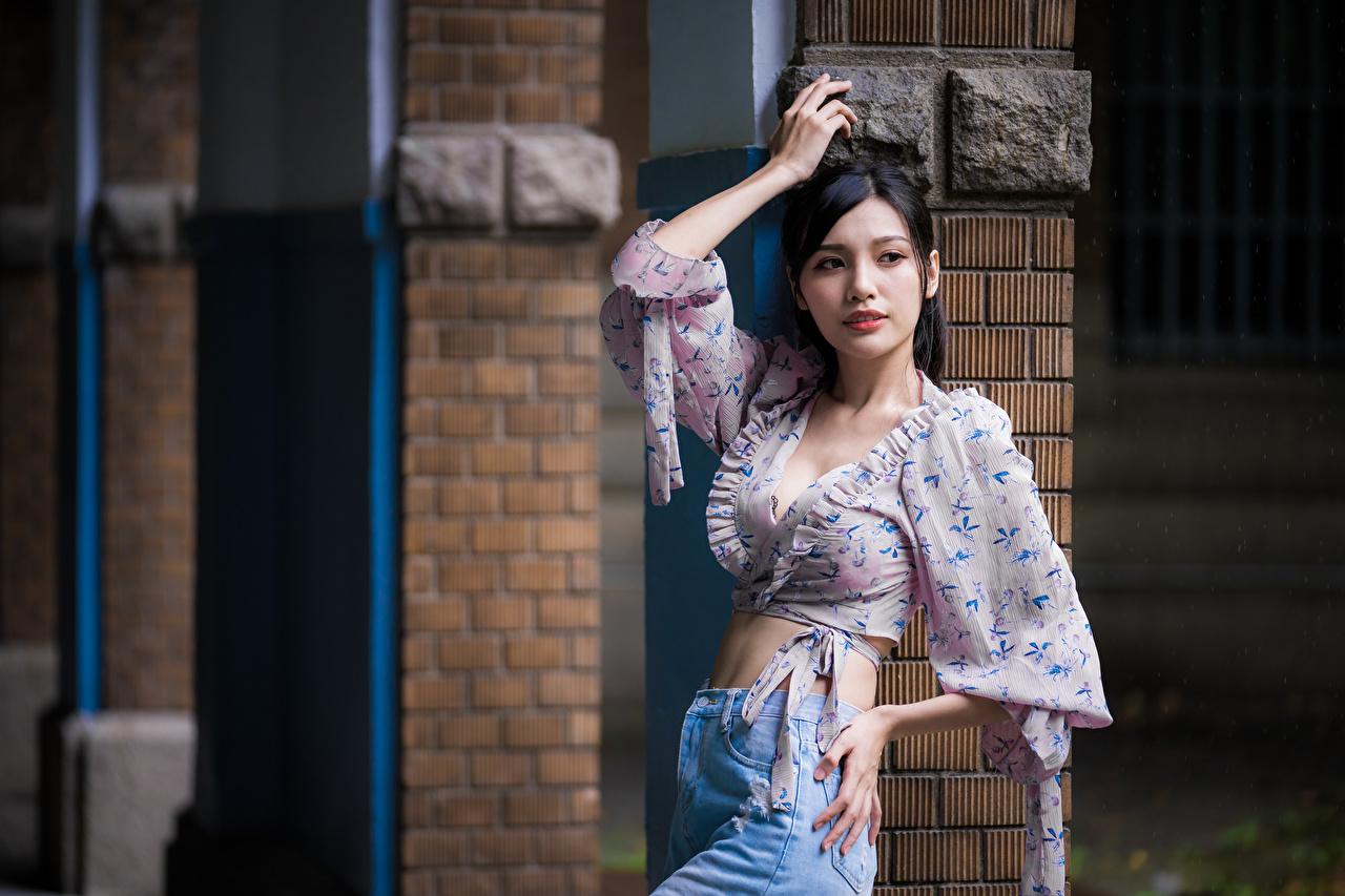 Фотографии брюнеток Поза Блузка Девушки азиатки смотрят брюнетки Брюнетка позирует девушка молодая женщина молодые женщины Азиаты азиатка Взгляд смотрит