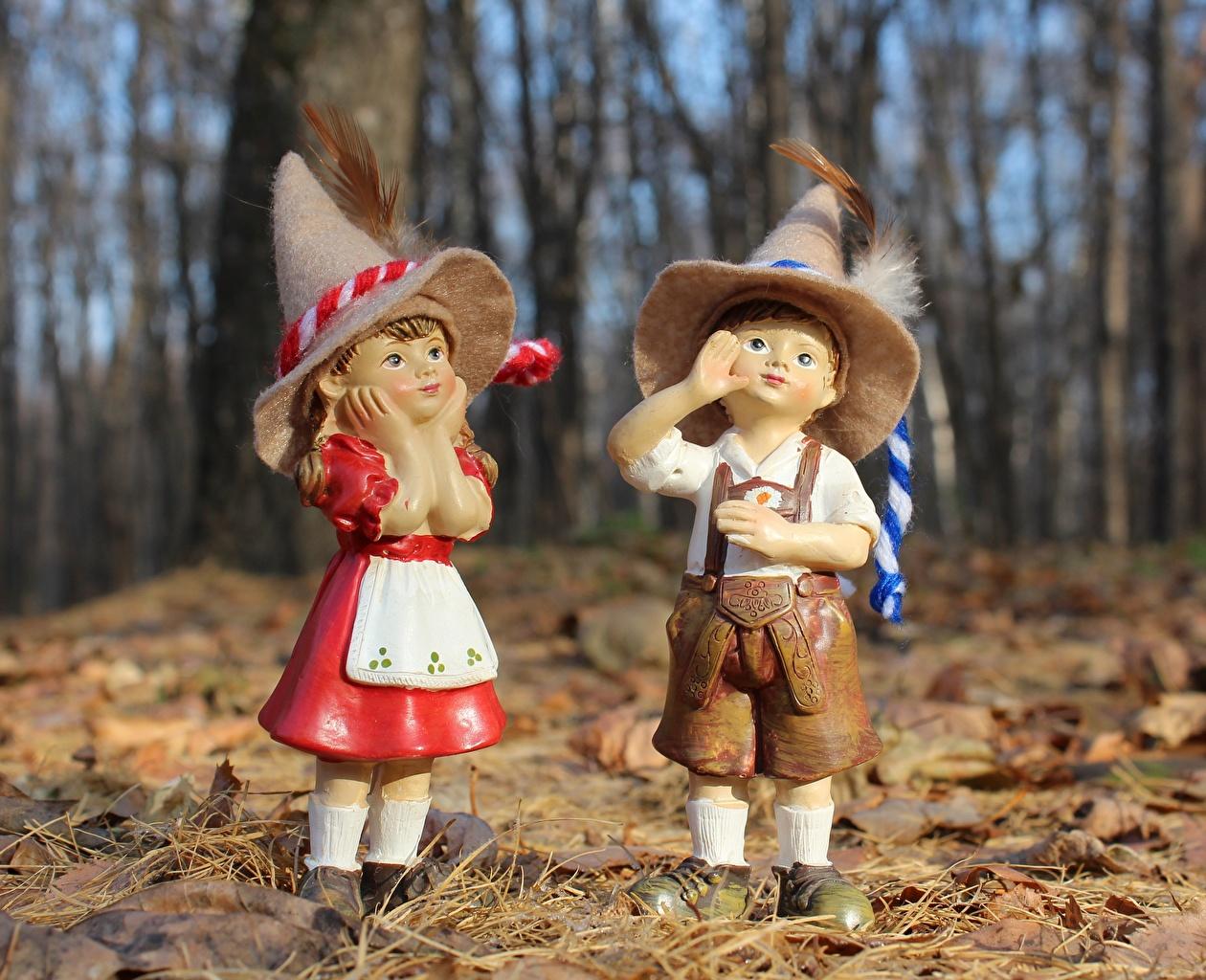 Фотография Девочки мальчишки лист Кукла две Шляпа осенние Перья девочка мальчик Мальчики мальчишка Листья Листва куклы 2 два Двое шляпы Осень шляпе вдвоем