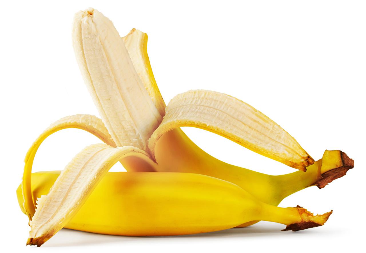 Фото две Бананы Пища вблизи Белый фон 2 два Двое вдвоем Еда Продукты питания белом фоне белым фоном Крупным планом