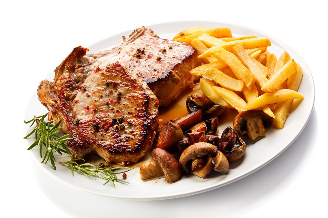 Картинки Картофель фри Грибы Пища Тарелка белом фоне Мясные продукты Вторые блюда Еда тарелке Продукты питания Белый фон белым фоном
