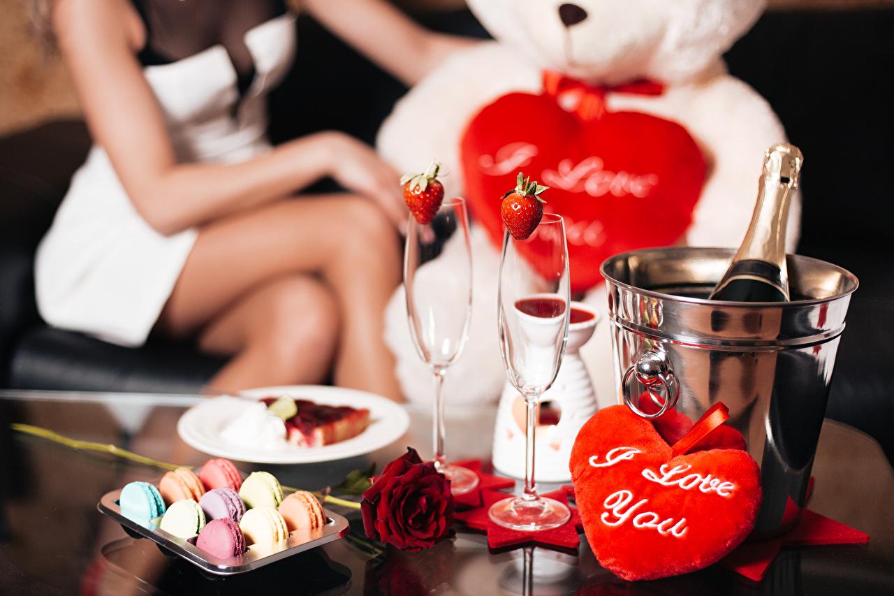 Обои для рабочего стола День святого Валентина Макарон серце роза Конфеты Игристое вино Бокалы Продукты питания Праздники День всех влюблённых Сердце сердца сердечко Розы Шампанское Еда Пища бокал