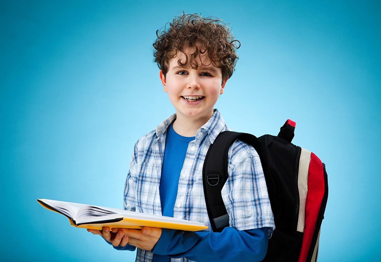 Картинка мальчишки школьные Рюкзак ребёнок книги смотрят мальчик Мальчики мальчишка Школа Дети Книга Взгляд смотрит