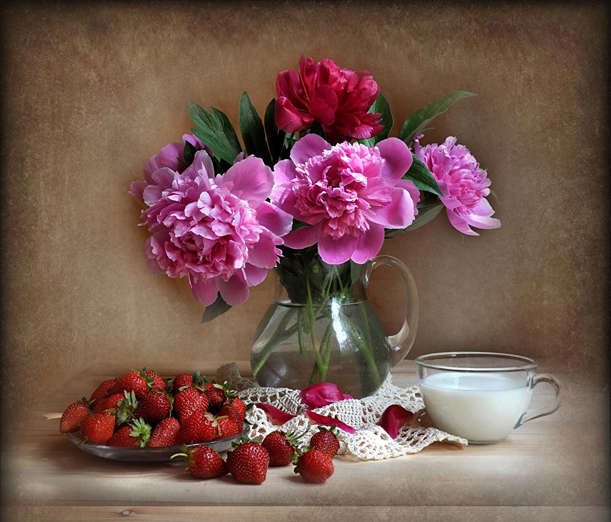 Фотографии пион Цветы Клубника Еда Ваза Чашка Натюрморт Пионы цветок вазе вазы Пища чашке Продукты питания