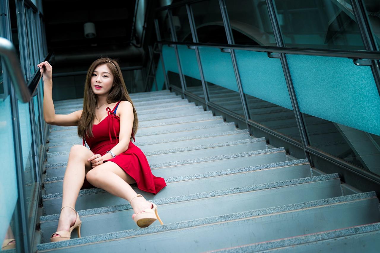Обои для рабочего стола шатенки боке Лестница молодые женщины ног азиатка Сидит платья туфель Шатенка Размытый фон девушка Девушки лестницы молодая женщина Ноги Азиаты азиатки сидя сидящие Платье Туфли туфлях