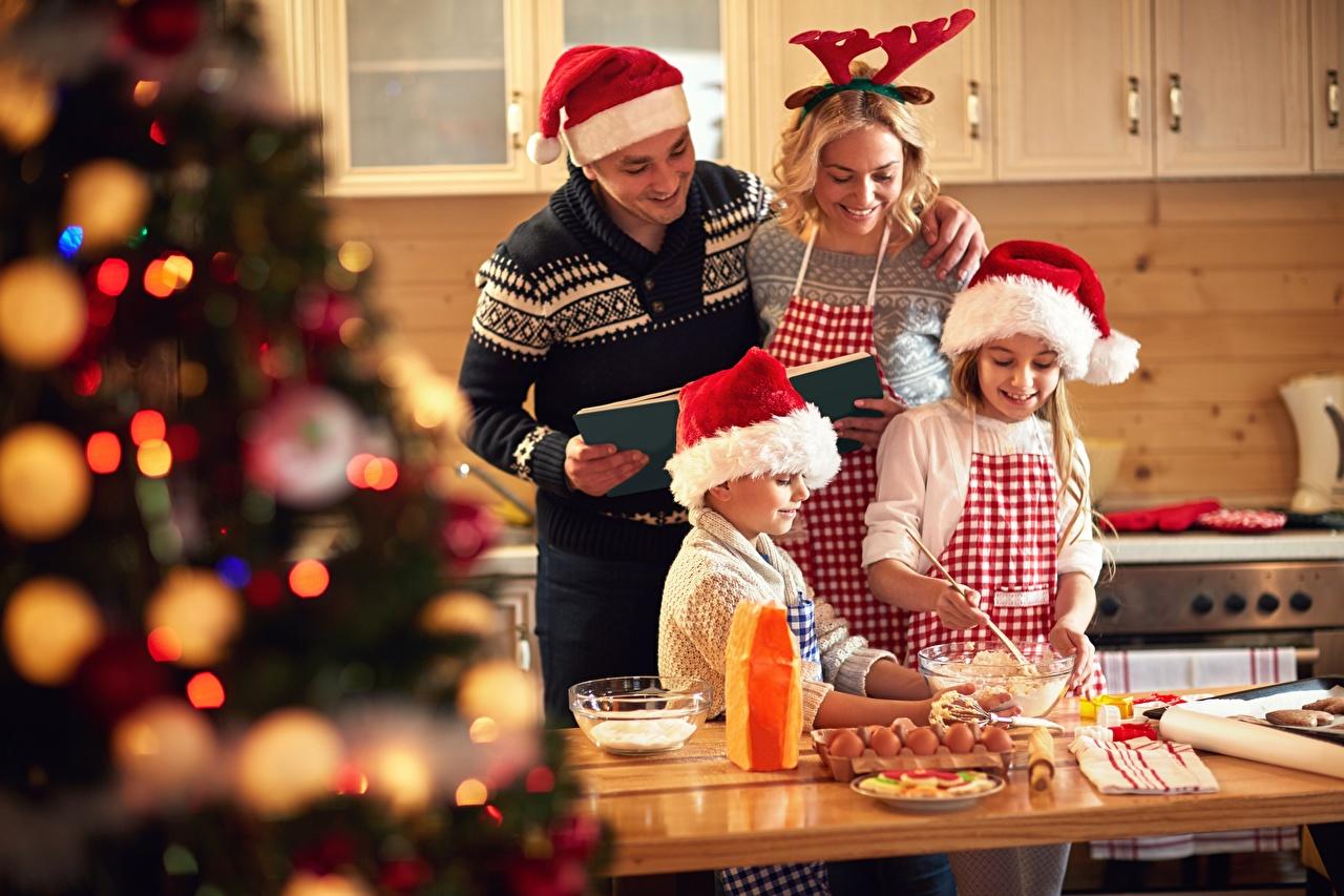 Фото Кухня Рождество Мужчины Улыбка Дети Шапки Девушки Повар Новый год Ребёнок