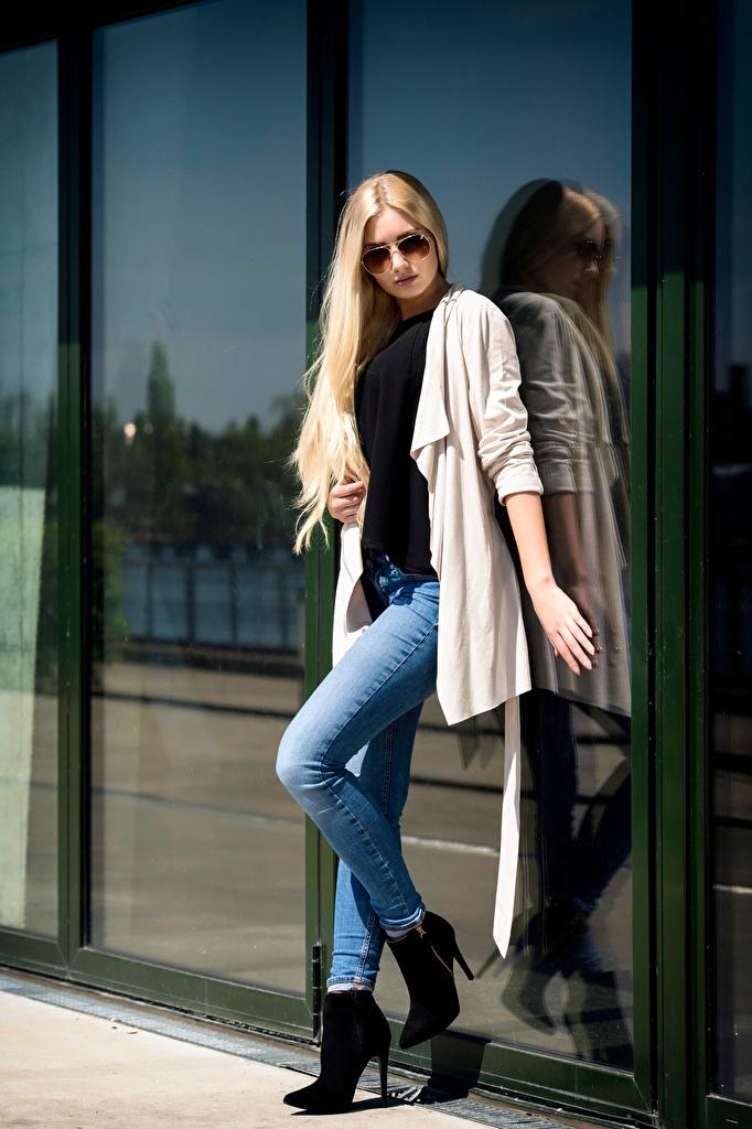 Фото блондинки Soraya, Miss Germany 2017 Поза Девушки Джинсы очках Взгляд  для мобильного телефона Блондинка блондинок позирует девушка молодая женщина молодые женщины джинсов Очки очков смотрит смотрят