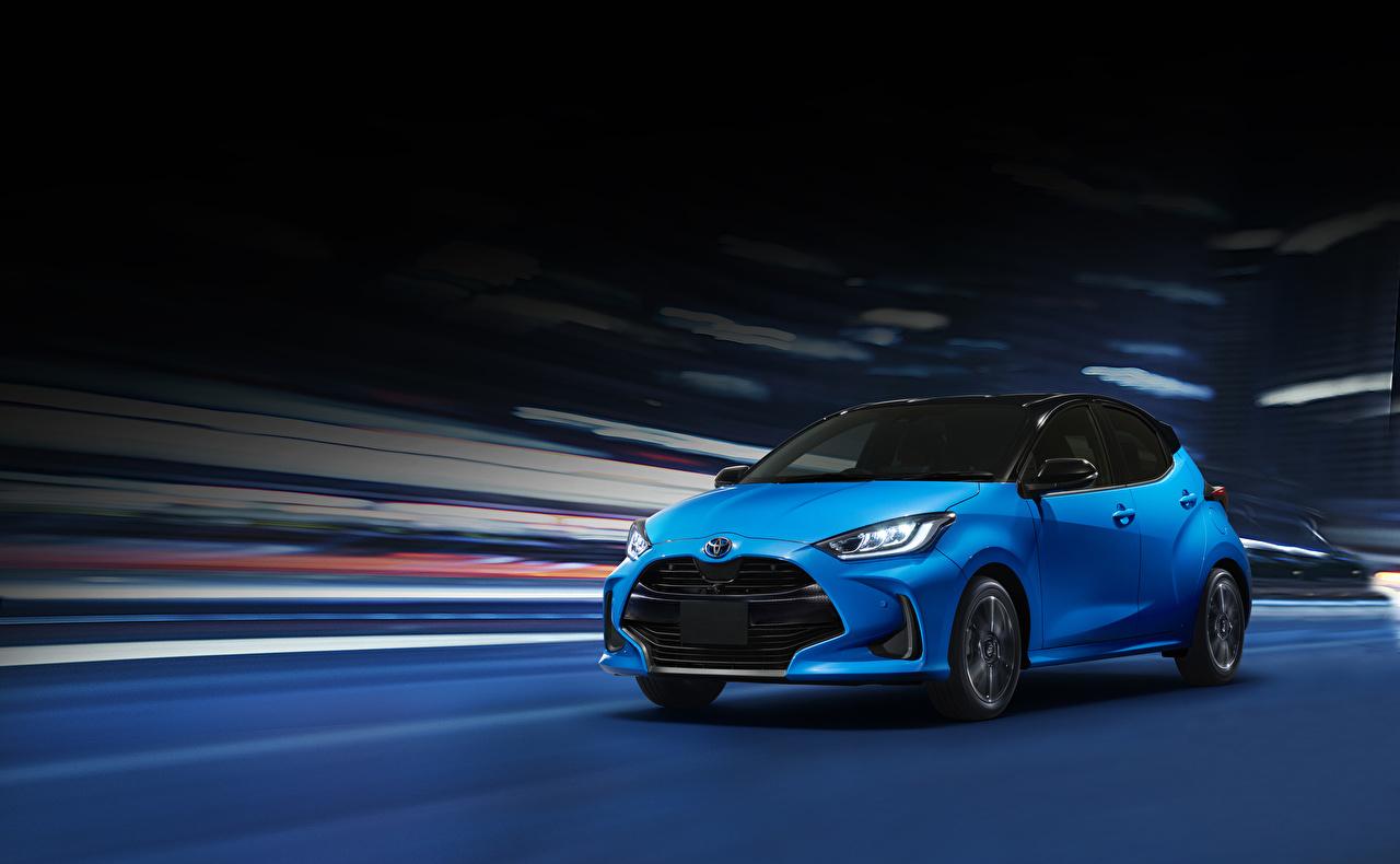 Фото Toyota 2020 Yaris Hybrid голубых едущий авто Тойота голубая голубые Голубой едет едущая Движение скорость машина машины Автомобили автомобиль
