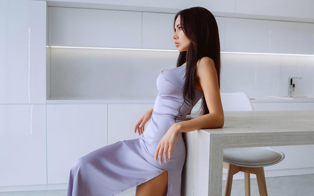 Картинки Брюнетка позирует Девушки Руки Сбоку Платье брюнетки брюнеток Поза девушка молодая женщина молодые женщины рука платья