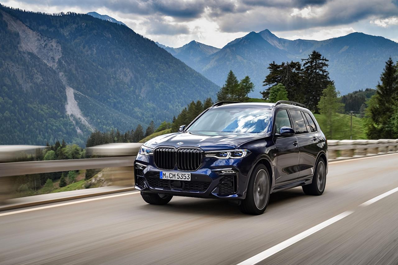 Обои для рабочего стола BMW Кроссовер X7, G07 гора едущая Дороги авто Металлик БМВ CUV Горы едет едущий Движение скорость машина машины автомобиль Автомобили