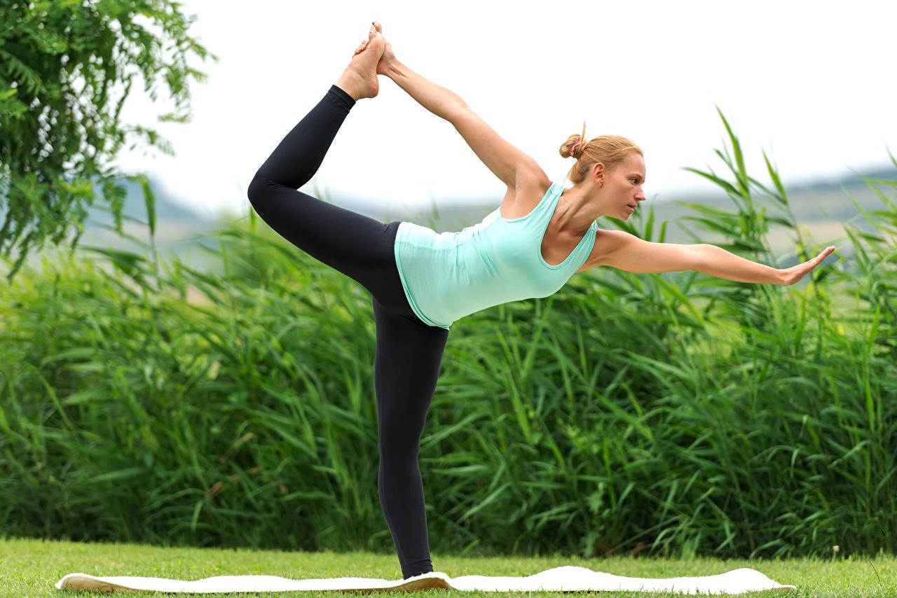 Фото Блондинка йогой Тренировка Растяжка упражнение Фитнес девушка ног Руки Трава блондинок блондинки Йога тренируется физическое упражнение растягивается Девушки молодые женщины молодая женщина Ноги рука траве