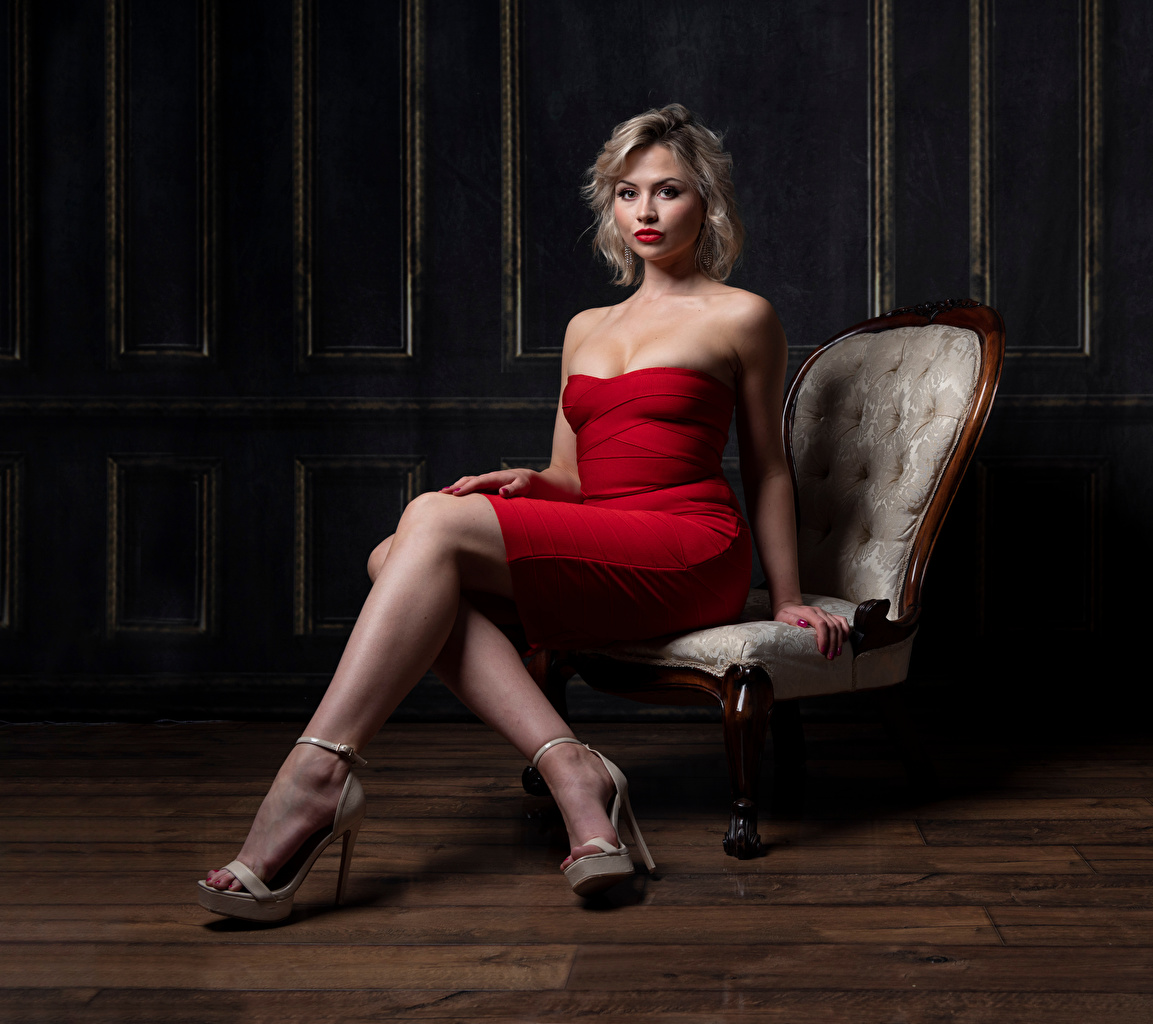 Фотографии Блондинка Katie молодая женщина Ноги Сидит Кресло Взгляд Платье блондинки блондинок девушка Девушки молодые женщины ног сидя сидящие смотрит смотрят платья