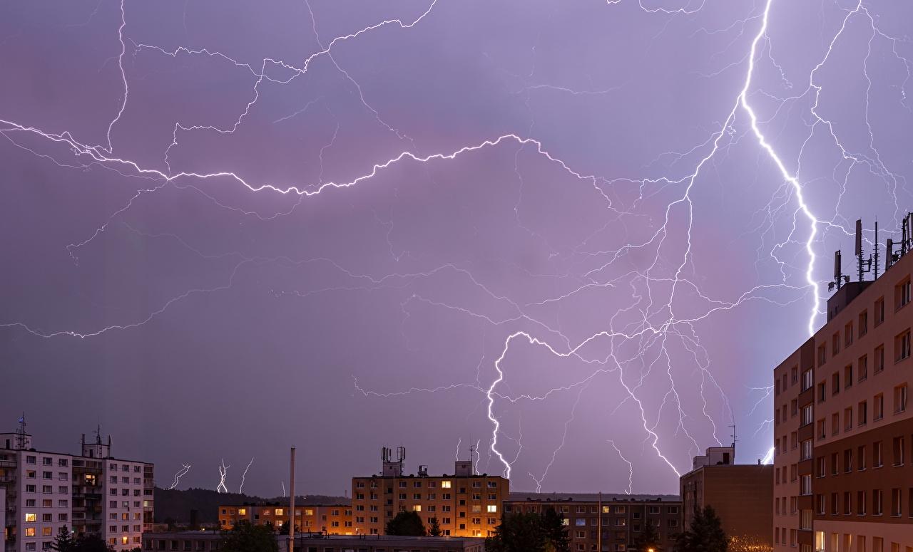 Фотографии молнии Небо Ночь Дома Города Стихия Молния ночью в ночи Ночные город Здания