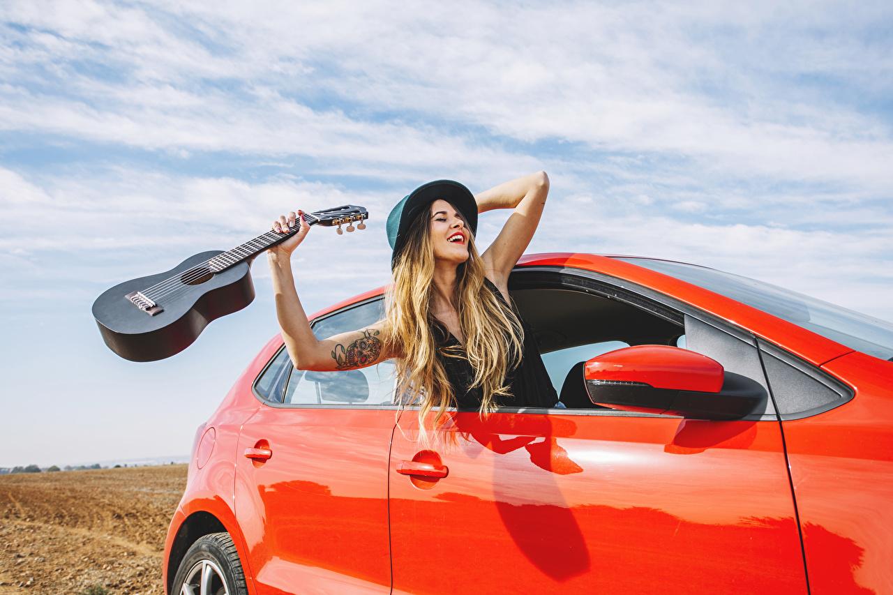 Фотографии Блондинка Гитара радостный шляпе Девушки рука блондинок блондинки гитары с гитарой счастье Радость радостная счастливая счастливый счастливые Шляпа шляпы девушка молодые женщины молодая женщина Руки