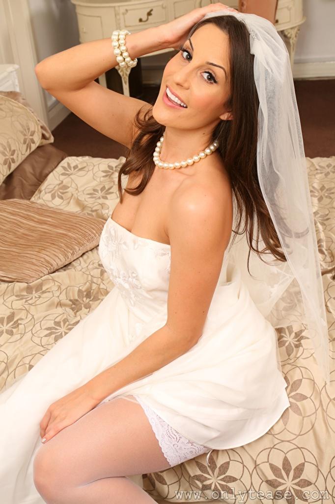 Фотография Emily Jane Williams невесты улыбается Ожерелье молодые женщины Руки Сидит смотрит Платье  для мобильного телефона Невеста Улыбка девушка Девушки ожерелья ожерельем молодая женщина рука сидя сидящие Взгляд смотрят платья