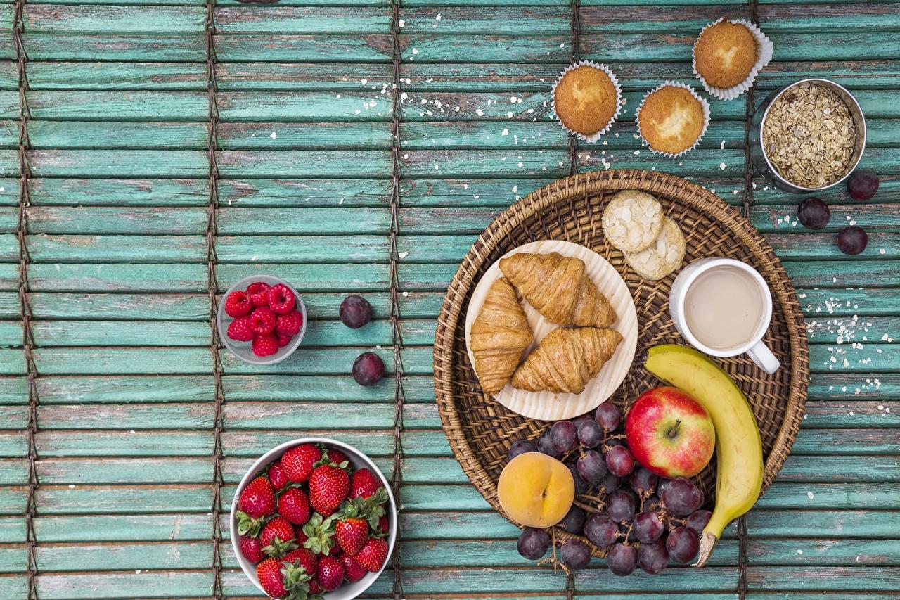 Фото Завтрак Круассан Клубника Виноград Еда Пища Продукты питания