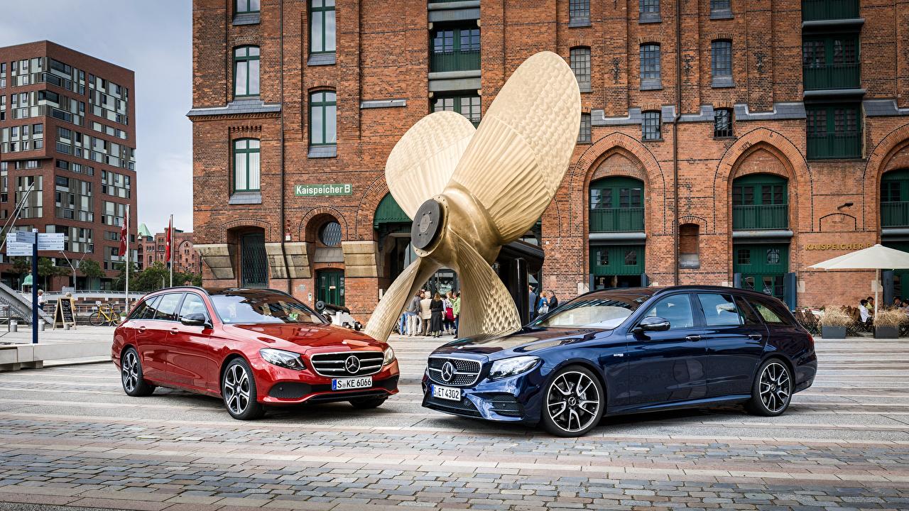 Картинка Mercedes-Benz 2016 E-Klasse Estate Двое авто Металлик Мерседес бенц 2 два две вдвоем машина машины автомобиль Автомобили