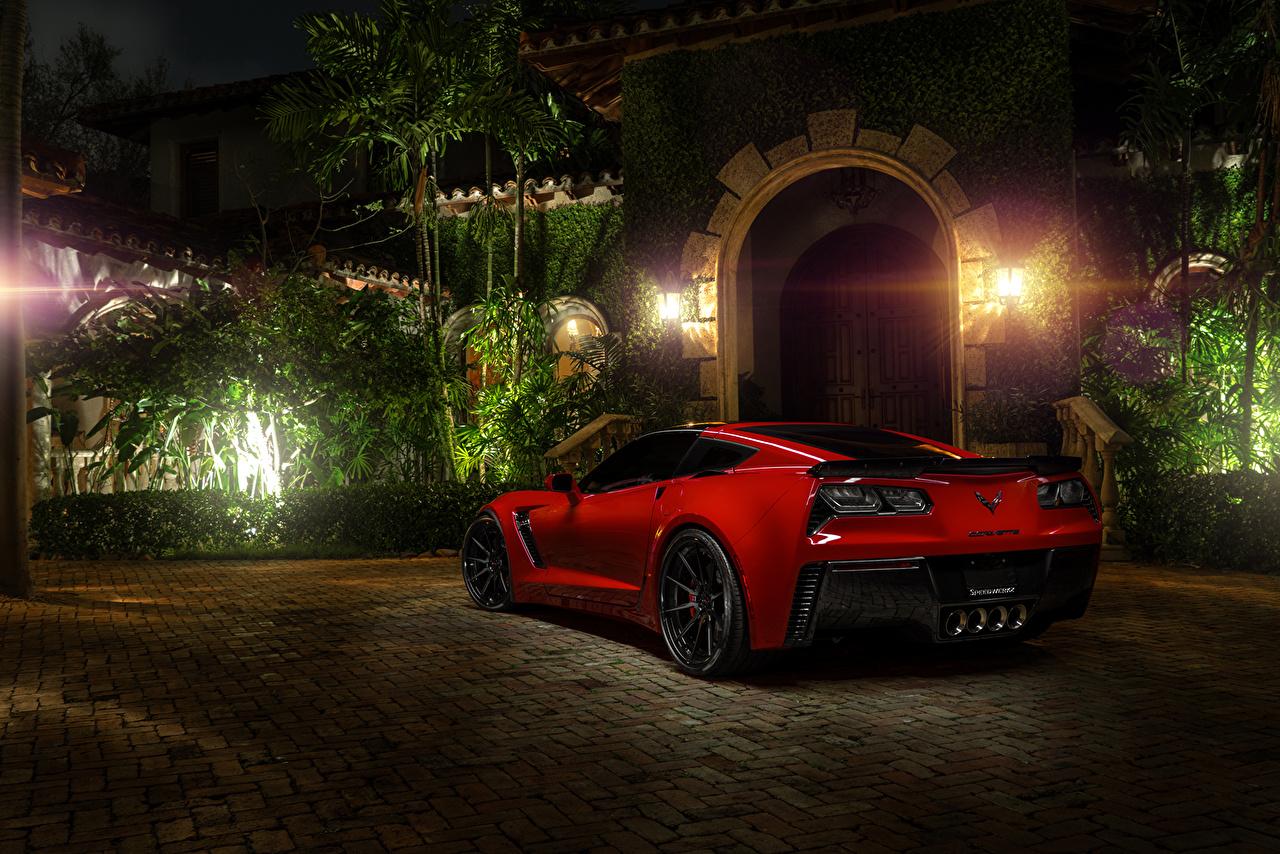 Фото Chevrolet corvette c7 z06 красная Сзади ночью Автомобили Уличные фонари Шевроле красных красные Красный авто Ночь в ночи машина машины Ночные вид сзади автомобиль