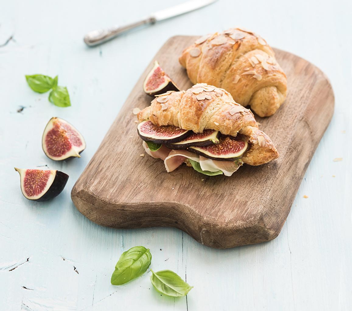 Фотография Инжир Круассан Бутерброды Продукты питания Разделочная доска Еда Пища