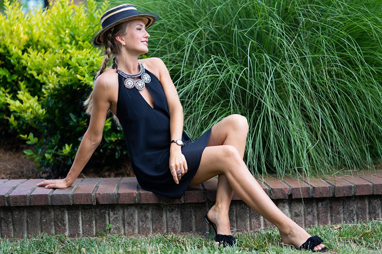 Фотография Olga Clevenger Модель косички шляпе Девушки ног Сидит Платье косы Коса фотомодель шляпы Шляпа девушка молодая женщина молодые женщины Ноги сидя сидящие платья