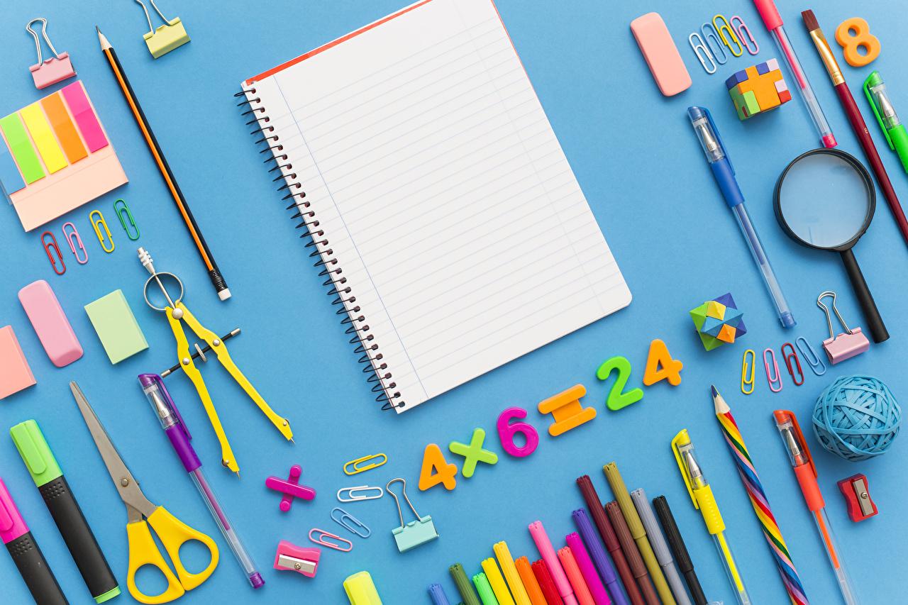 Фото Канцелярские товары школьные Карандаши Увеличительное стекло Шариковая ручка Тетрадь Цветной фон Школа Лупа