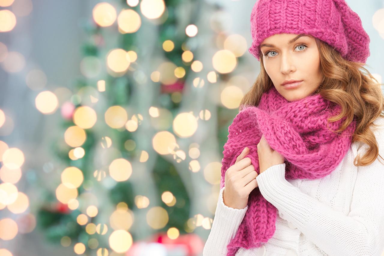 Фотографии Шатенка Рождество Шарф Девушки Руки Взгляд шатенки Новый год шарфе шарфом девушка молодые женщины молодая женщина рука смотрят смотрит