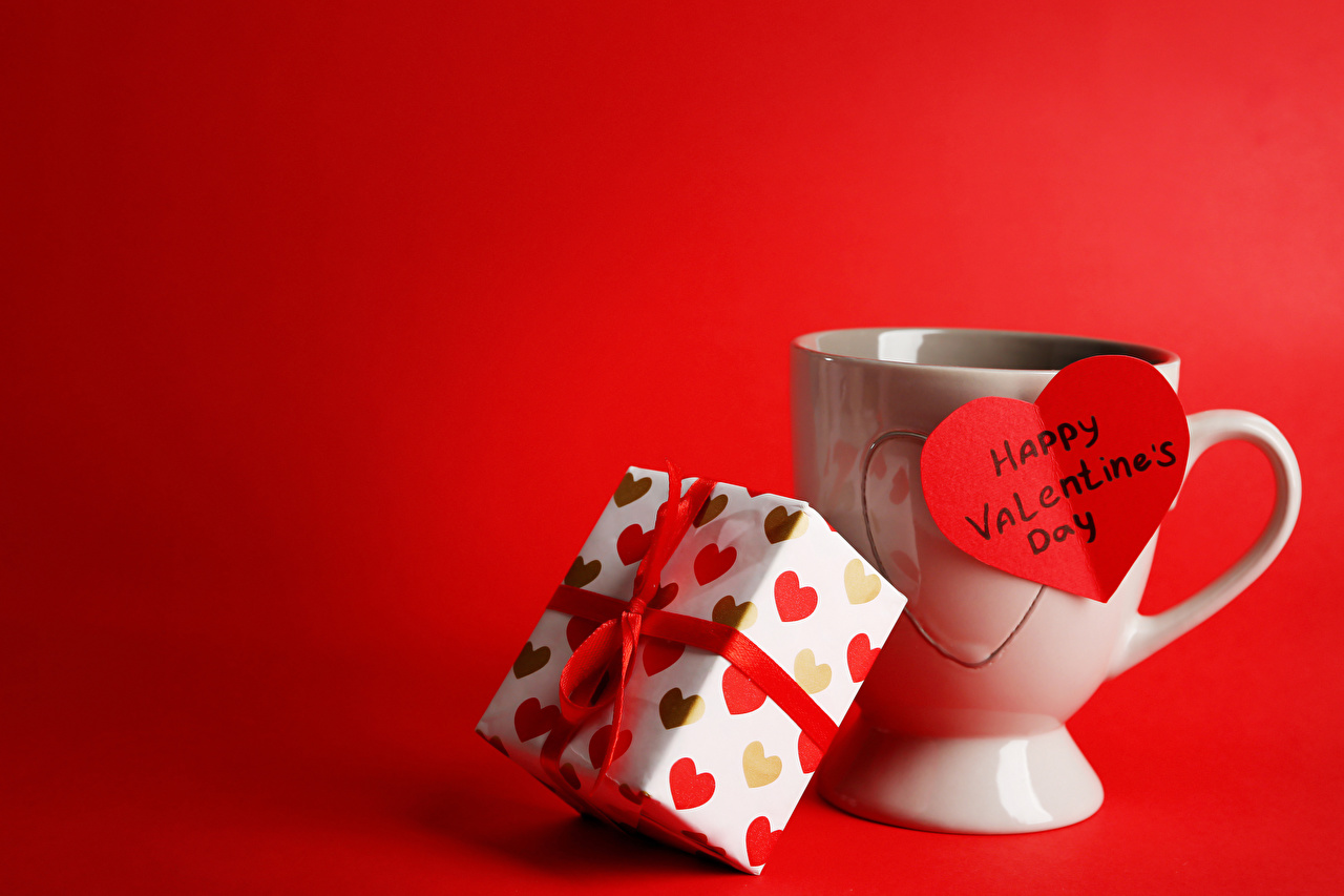 Обои День всех влюблённых Английский Сердце Подарки Чашка Красный фон День святого Валентина сердечко