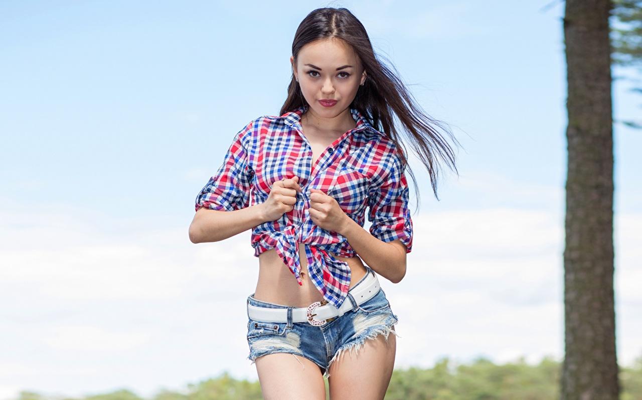 Фотография Li Moon Поза рубашке молодая женщина шорт рука смотрит позирует Рубашка рубашки девушка Девушки молодые женщины Руки Шорты шортах Взгляд смотрят