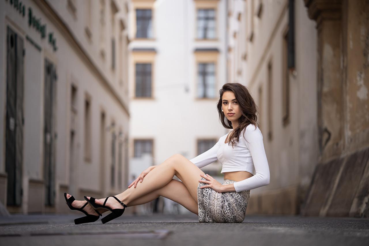 Картинки Юбка Qendresa Блузка Девушки Ноги сидящие Взгляд юбки юбке девушка молодая женщина молодые женщины ног сидя Сидит смотрит смотрят