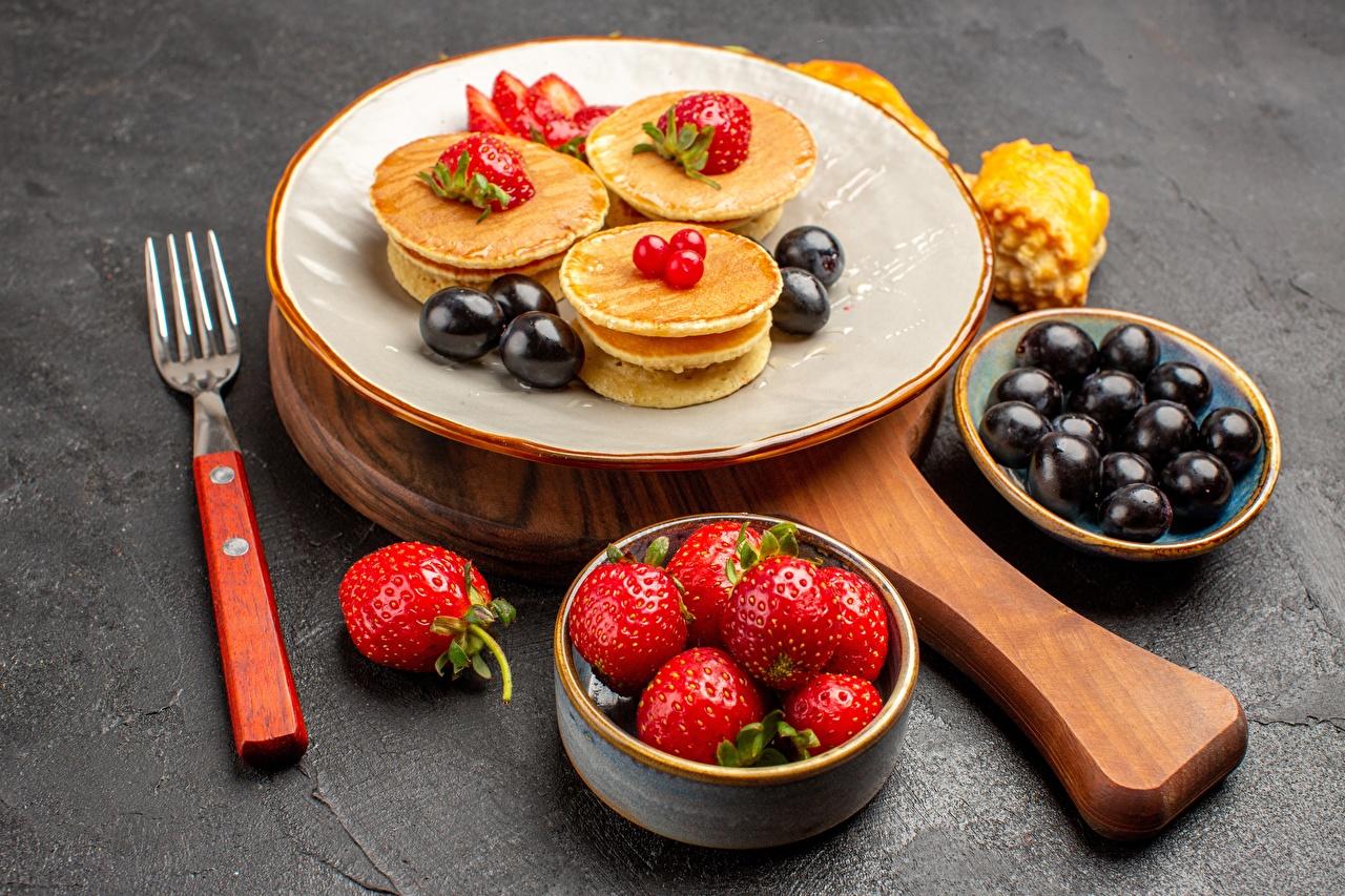 Картинки Блины Клубника Еда вилки тарелке Пища Тарелка Вилка столовая Продукты питания