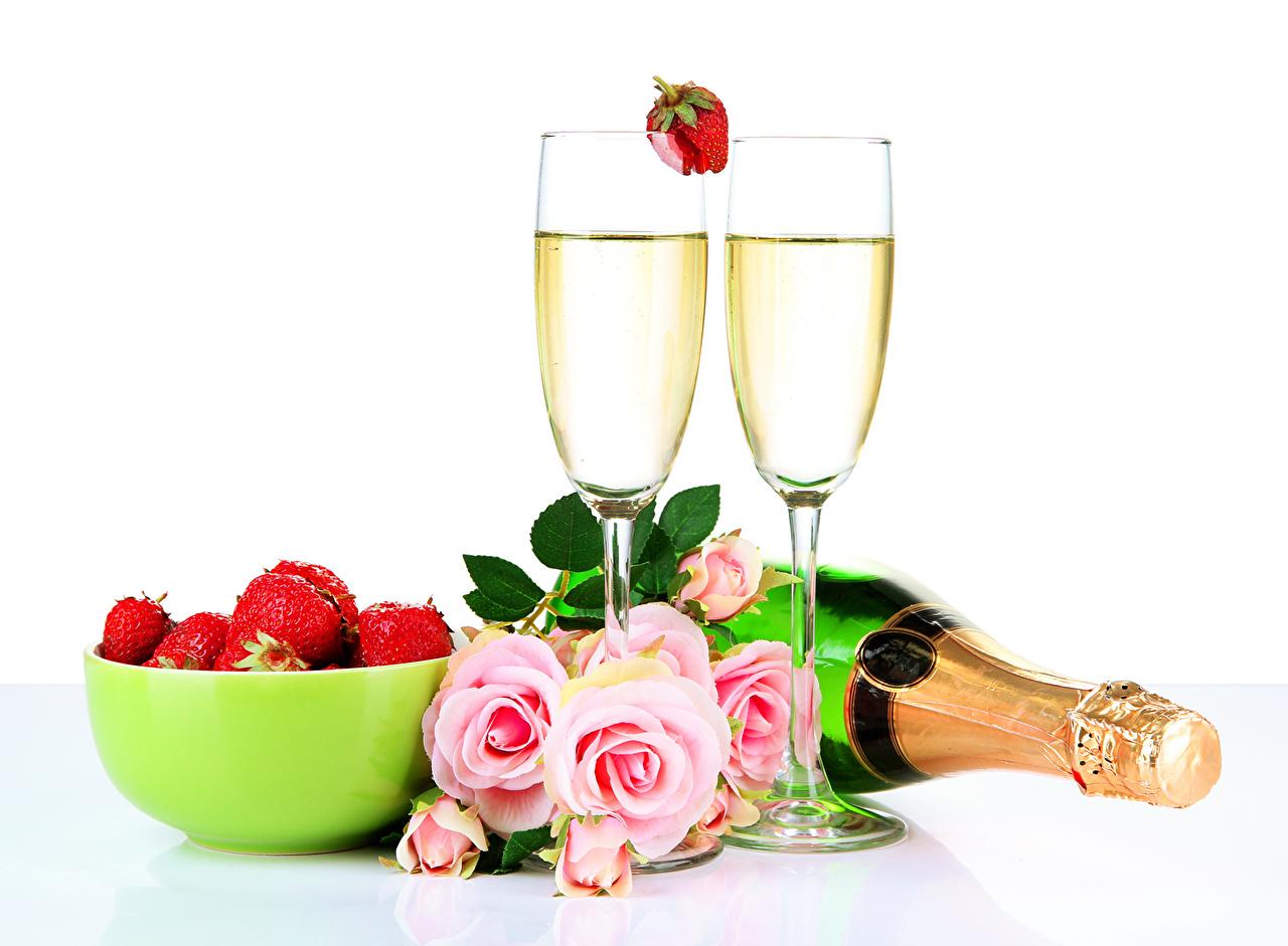 Фотография Розы Игристое вино Клубника Бокалы бутылки Продукты питания Натюрморт роза Шампанское Еда Пища бокал Бутылка