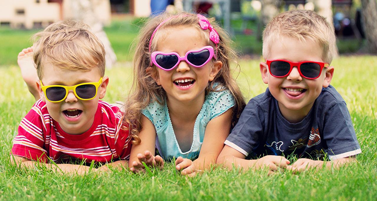 Фотографии Девочки мальчик Улыбка ребёнок Очки Трава втроем девочка Мальчики мальчишка мальчишки улыбается Дети три траве очков очках Трое 3