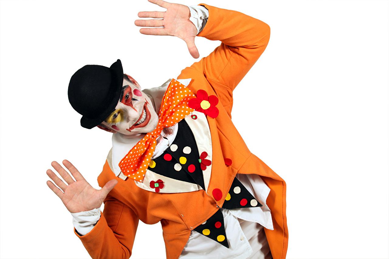 Картинки мужчина мейкап клоуна шляпы рука Униформа Белый фон Мужчины Макияж косметика на лице Клоун клоуны шляпе Шляпа Руки униформе белом фоне белым фоном