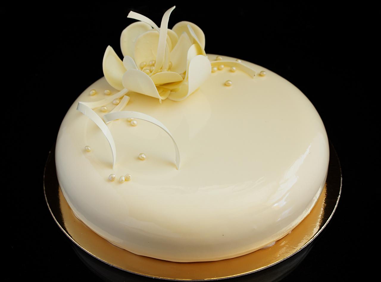 Картинки Шоколад белая Торты Продукты питания Сладости на черном фоне Дизайн белых белые Белый Еда Пища Черный фон сладкая еда дизайна