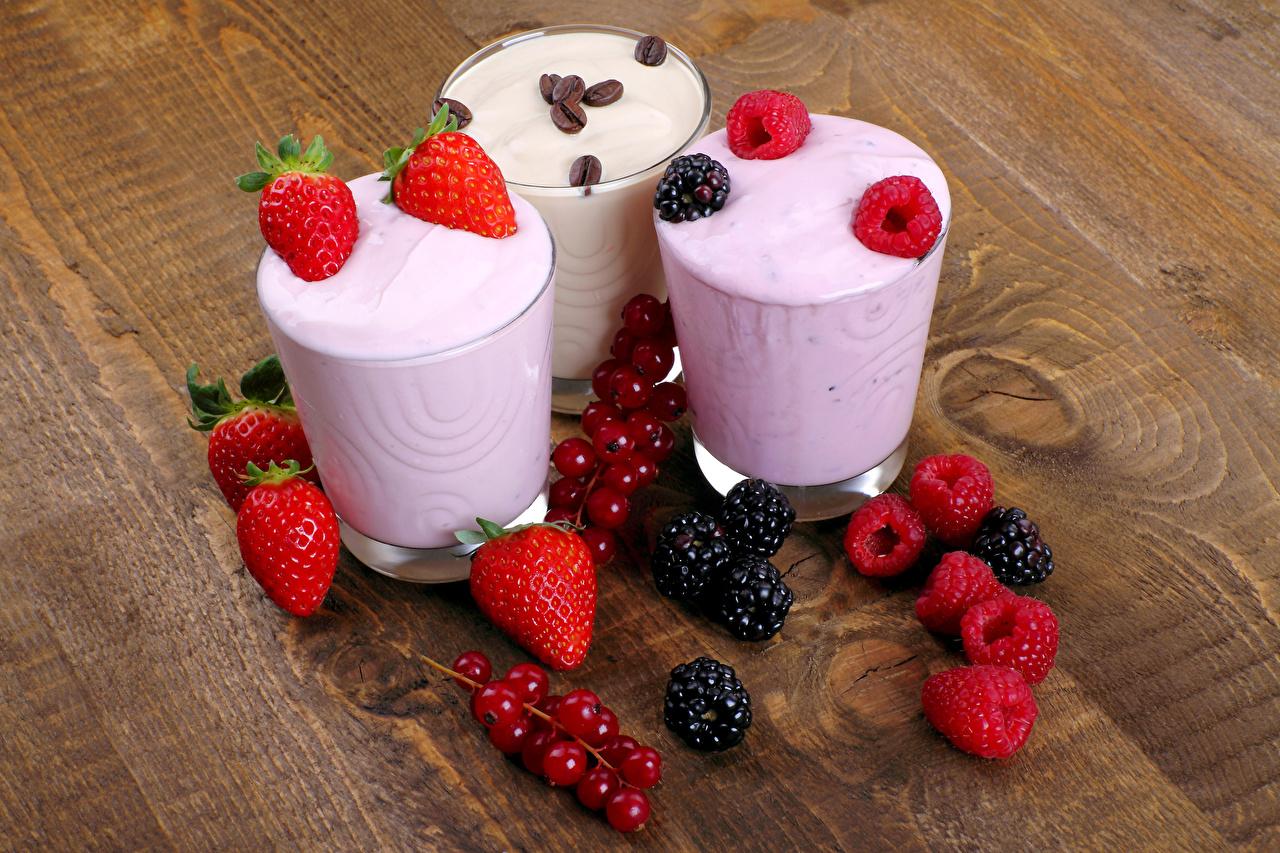 Фото Йогурт Стакан Малина Ежевика Клубника Смородина Пища Трое 3 стакана стакане Еда три втроем Продукты питания