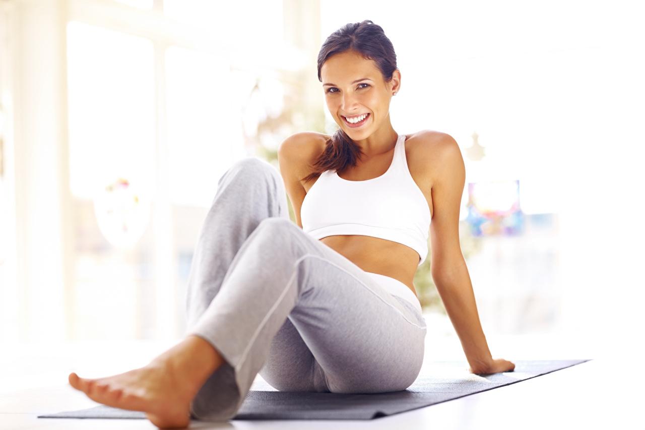 Фото улыбается Фитнес девушка Ноги сидящие Улыбка Девушки молодая женщина молодые женщины ног сидя Сидит