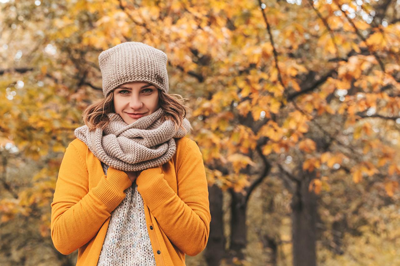 Картинка шатенки шарфе Размытый фон Осень в шапке девушка Взгляд Шатенка Шарф шарфом боке шапка Шапки осенние Девушки молодая женщина молодые женщины смотрит смотрят