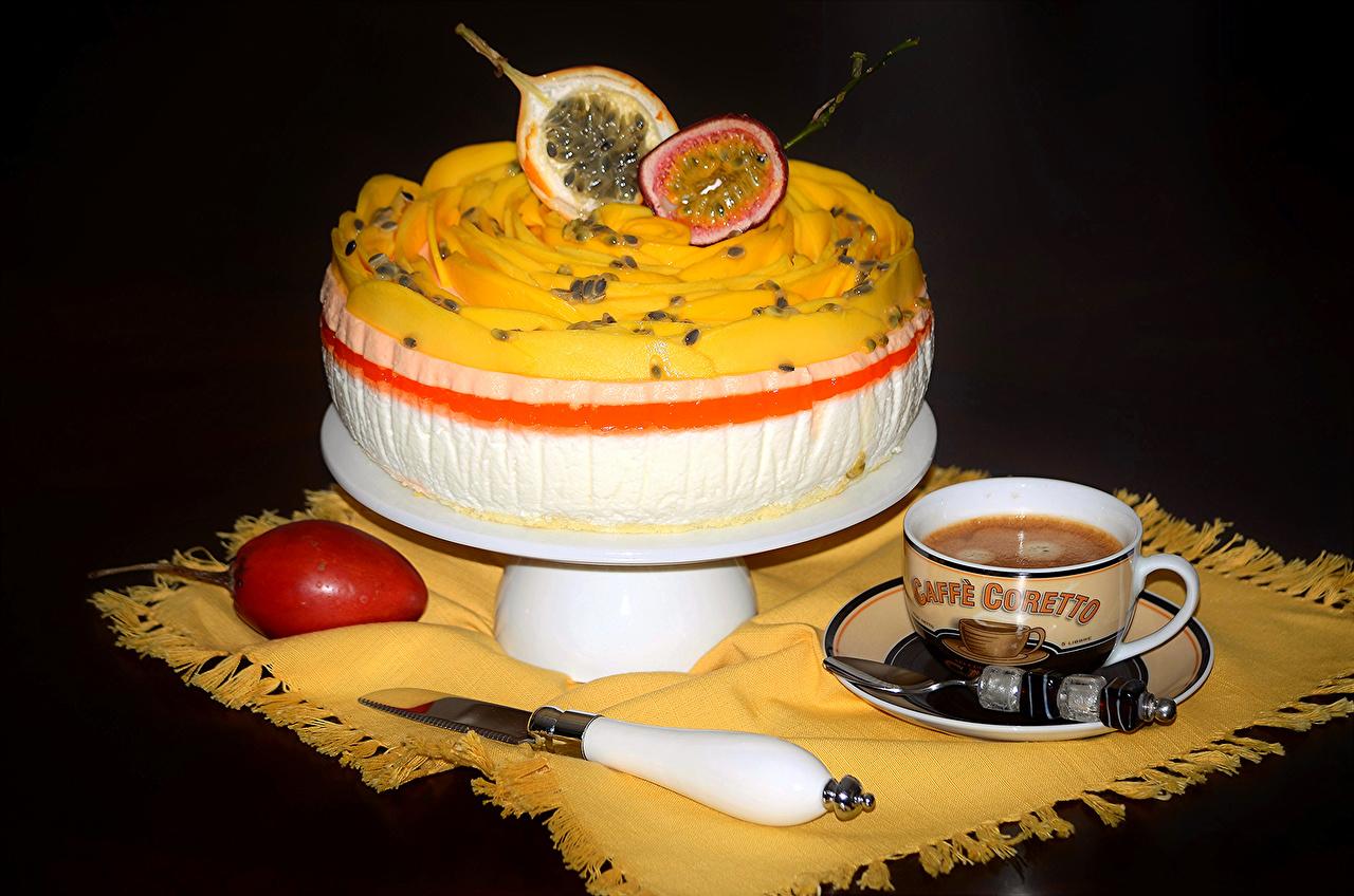 Картинки Маракуйя Кофе Торты Чашка Фрукты Продукты питания сладкая еда на черном фоне Еда Пища чашке Сладости Черный фон