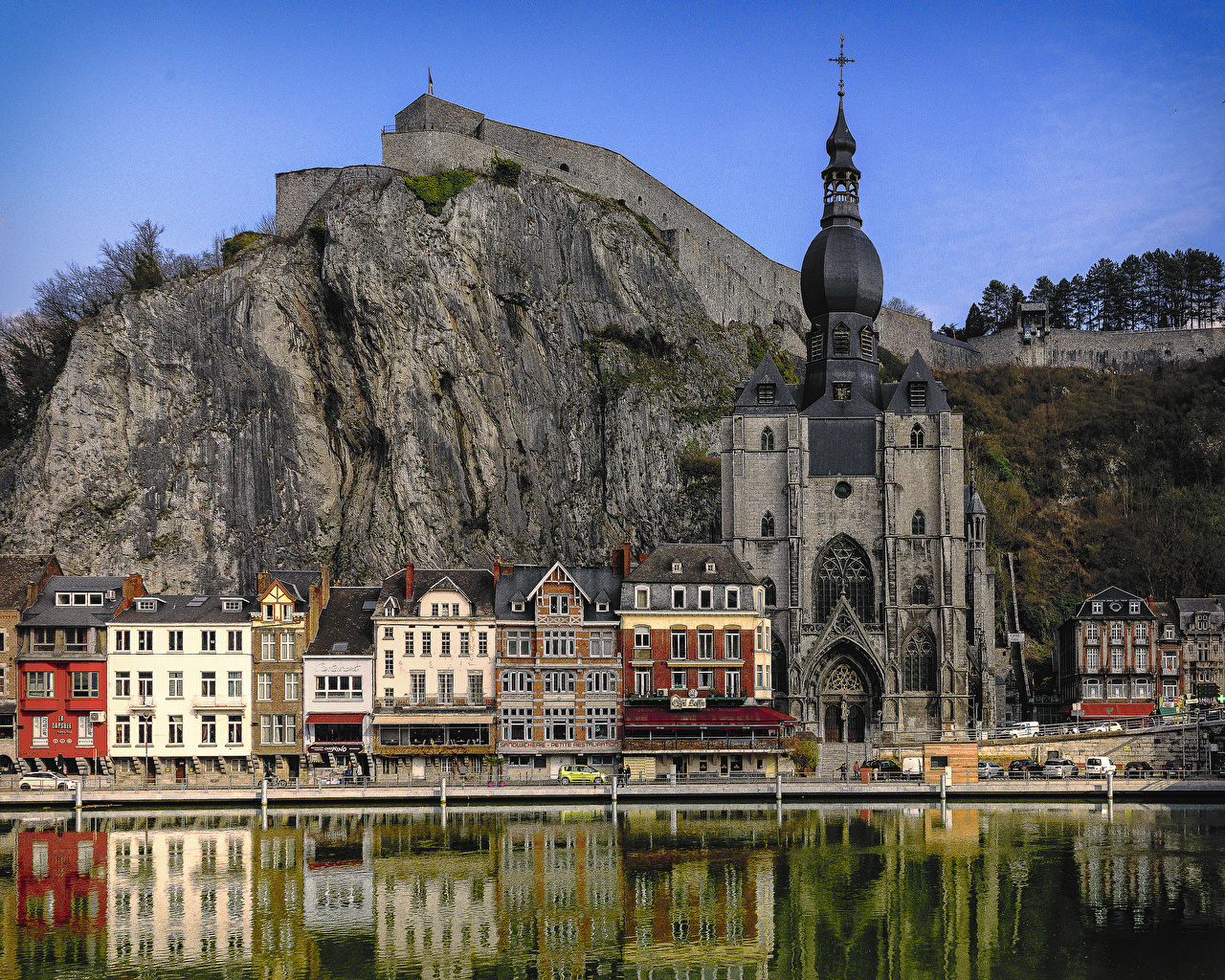 Обои для рабочего стола Церковь Бельгия Dinant Скала Храмы речка Дома Города Утес скалы скале река Реки город Здания
