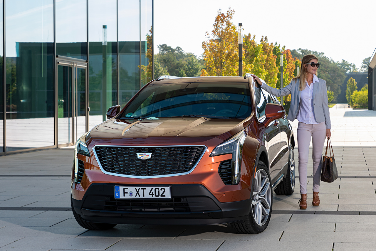 Обои для рабочего стола Кадиллак Кроссовер XT4 350D, Launch Edition Sport, 2020 Девушки авто Спереди Металлик Cadillac CUV девушка молодая женщина молодые женщины машина машины Автомобили автомобиль