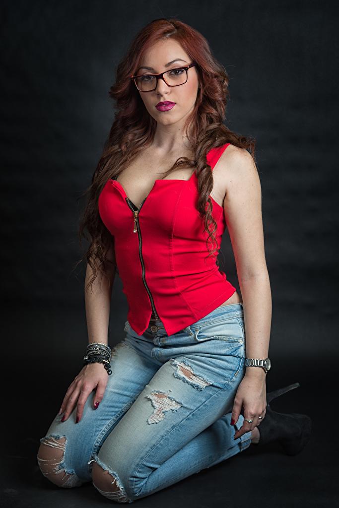 Обои для рабочего стола рыжих Samanta молодые женщины Джинсы Очки рука Сидит смотрят  для мобильного телефона рыжие Рыжая девушка Девушки молодая женщина джинсов Руки сидя очков очках сидящие Взгляд смотрит