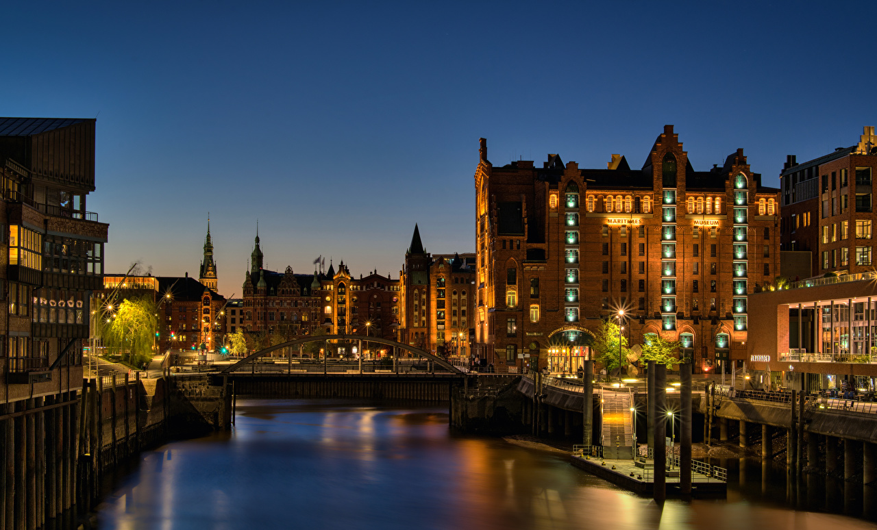 Фотографии Лучи света Гамбург Германия Ночь речка Пристань город Здания Реки река Пирсы ночью в ночи Ночные Причалы Дома Города