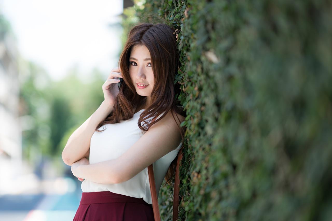 Картинка шатенки Размытый фон молодые женщины Азиаты Руки Кусты смотрит Шатенка боке девушка Девушки молодая женщина азиатки азиатка рука кустов Взгляд смотрят