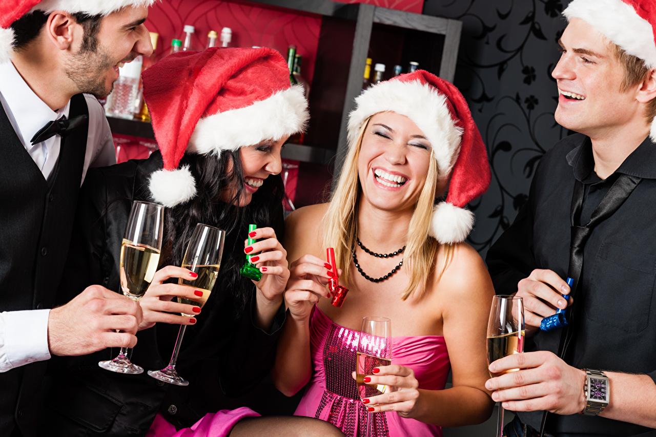 Фотографии Брюнетка Блондинка Рождество Мужчины Смех Шапки Девушки Бокалы Новый год
