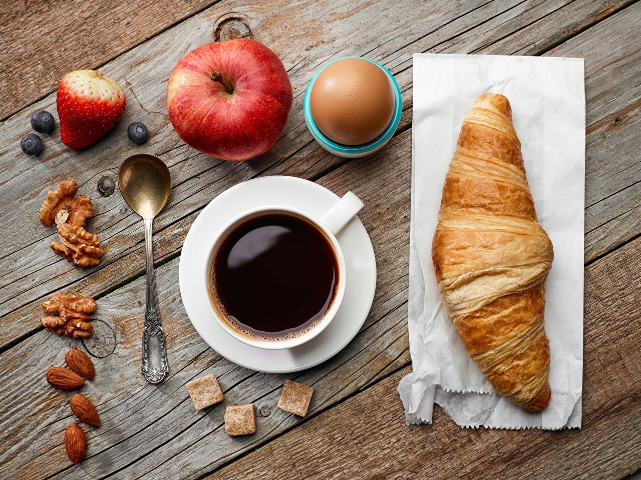 Обои Кофе Круассан Яблоки Еда Чашка Ложка Доски Пища чашке ложки Продукты питания