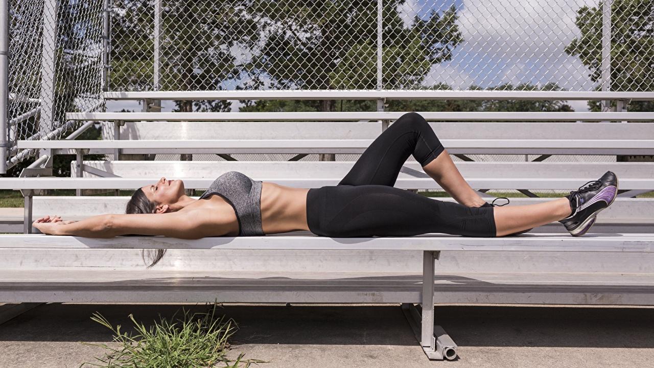Картинки лежачие Фитнес молодые женщины Ноги Руки Сбоку Униформа лежа лежат Лежит девушка Девушки молодая женщина ног рука униформе