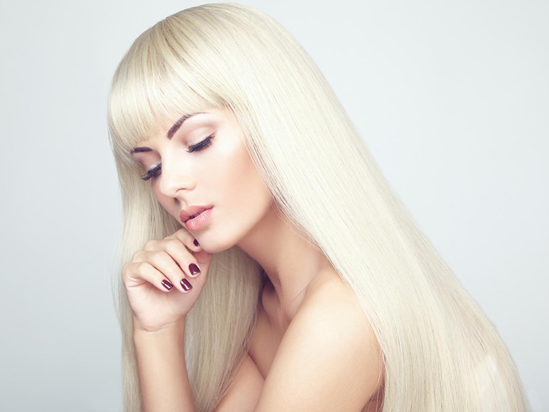 Обои для рабочего стола блондинки маникюра Макияж волос молодые женщины Руки Серый фон Блондинка блондинок Маникюр мейкап косметика на лице Волосы девушка Девушки молодая женщина рука сером фоне