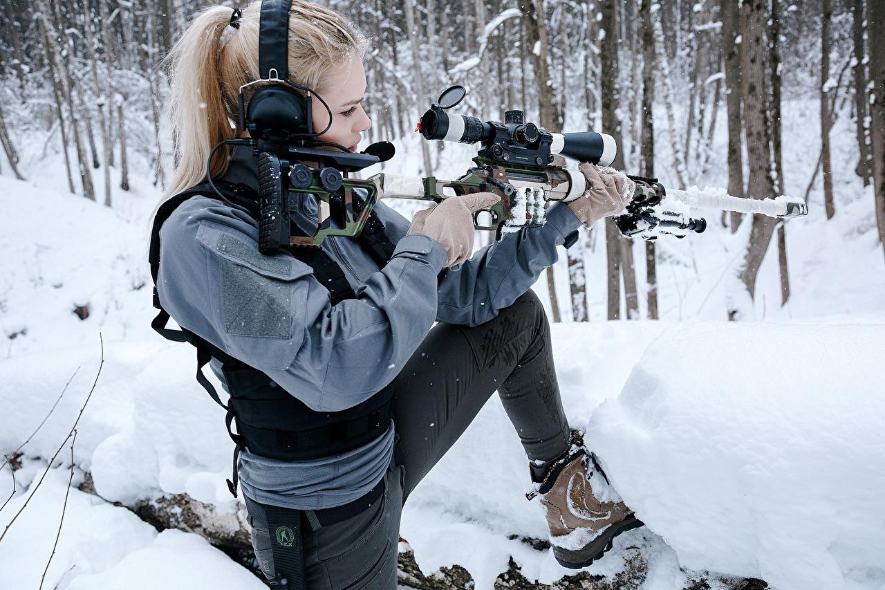 Фотографии Снайперская винтовка Снайперы Наушники Блондинка DVL-10 M2 Urbana позирует Зима Девушки военные снайпер блондинки блондинок в наушниках Поза зимние девушка молодые женщины молодая женщина Армия