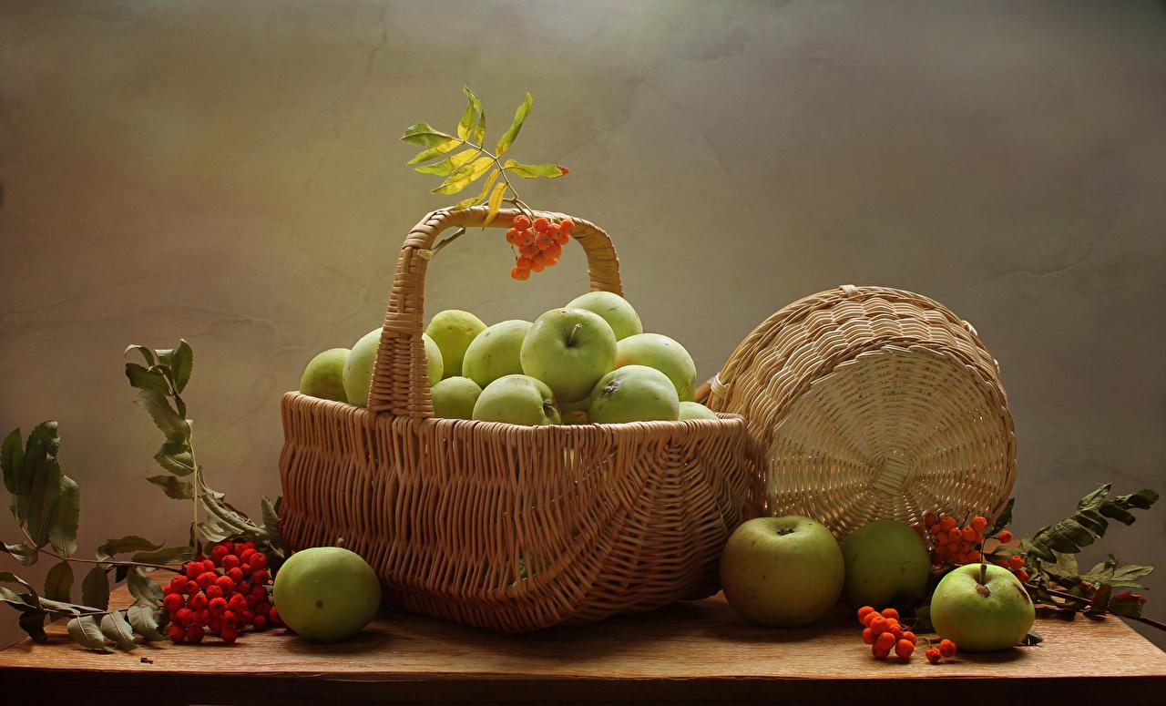 Обои для рабочего стола Рябина Яблоки Корзина Продукты питания Натюрморт корзины Корзинка Еда Пища