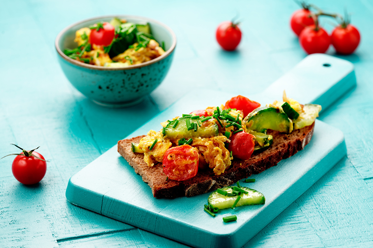 Фото Помидоры Бутерброды Еда Овощи разделочной доске Томаты бутерброд Пища Продукты питания Разделочная доска