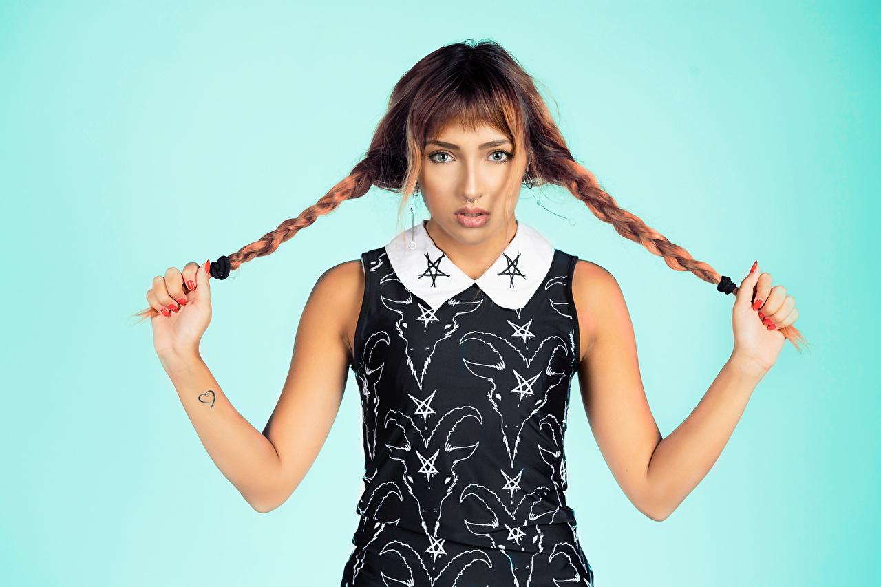 Картинки Шатенка Коса Поза Девушки рука смотрят Платье шатенки косы косички позирует девушка молодые женщины молодая женщина Руки Взгляд смотрит платья